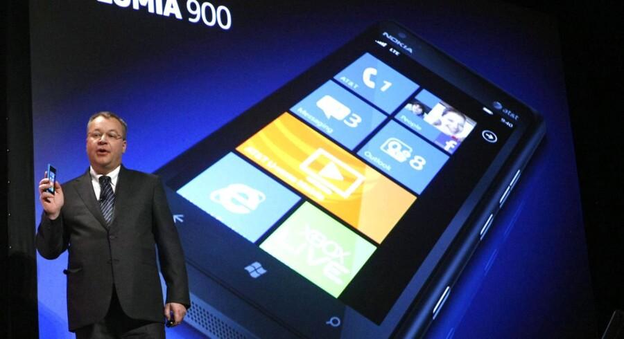 Nokia-chef Stephen Elop præsenterer Lumia 900 til det amerikanske marked.