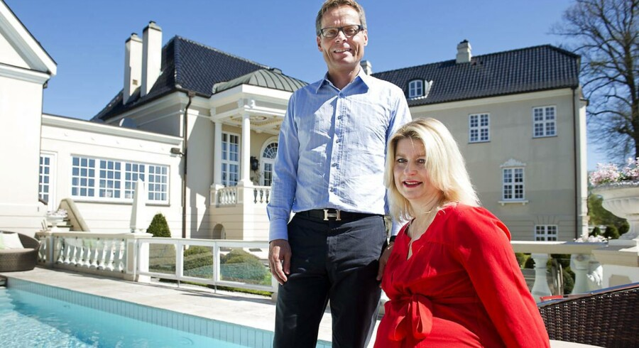 Ejendomsmæglerne Hanne Nørrisgaard og Peter Norvig foran pragtpalæet Tusculum