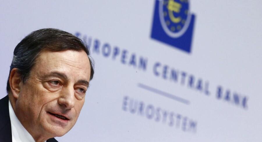 Euro blev torsdag eftermiddag styrket, efter at chefen for Den Europæiske Centralbank, Mario Draghi, på et pressemøde efter beslutningen om at holde bankens renter rekordlave gentog, at banken - om nødvendigt - er klar til at implementere yderligere tiltag for at dæmme op for den lave inflation.