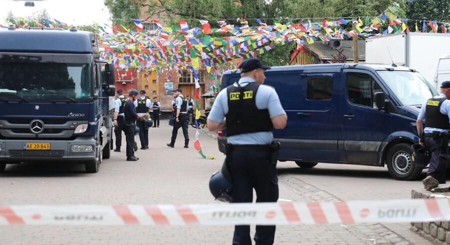 (ARKIV) Seks betjente blev ramt af sten under en konfrontation på Christiania torsdag. En blev bragt til skadestuen.