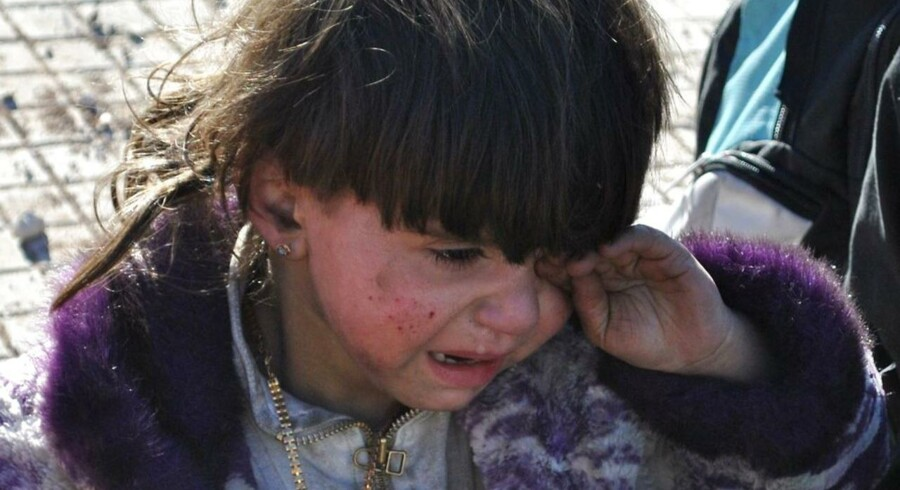 Våbenhvilen er netop blevet forlænget med tre dage i den belejrede by Homs. Det oplyser byens guvernør, Talal Barazi, ifølge nyhedsbureauet Reuters. Våbenhvilen trådte i kraft fredag i sidste uge. Den udløb søndag, men blev forlænget til onsdag aften. Talal Barazi oplyser, at i alt 1.400 personer er evakueret fra Homs i den periode, våbenhvilen har været gældende. Her et barn, der bliver evakueret.