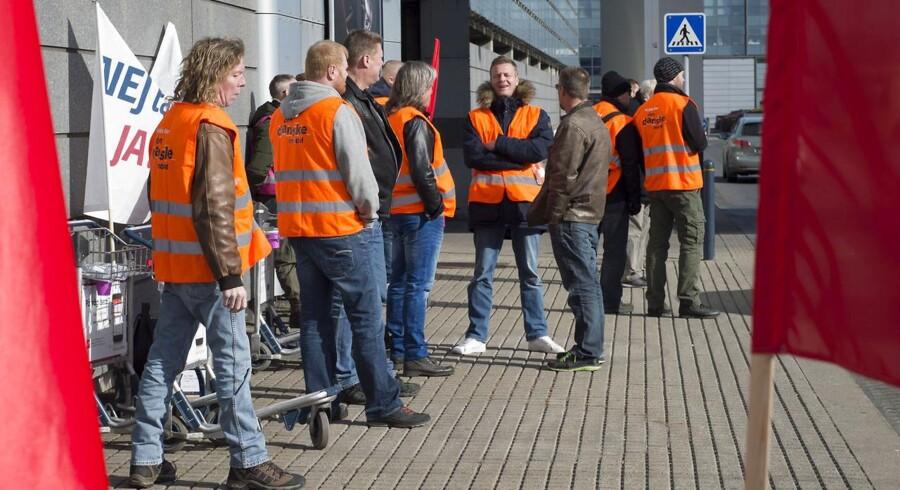 Dagen igennem har der været demonstranter samlet i lufthavnen, som har uddelt flyers med slogans mod Ryanair, der ikke vil indgå overenskomst med de danske fagforeninger. Det første Ryanfly landede i dag i Kastrup Lufthavn.