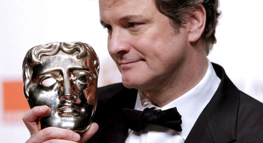 Sådan ser den ud, BAFTA-prisen, som kan blive Thomas Vinterberg og co's s i år. Her holder den britiske skuespiller Colin Firth det eksemplar af den, som han vandt i 2011 for sin rolle i filmen »The King's Speech«.
