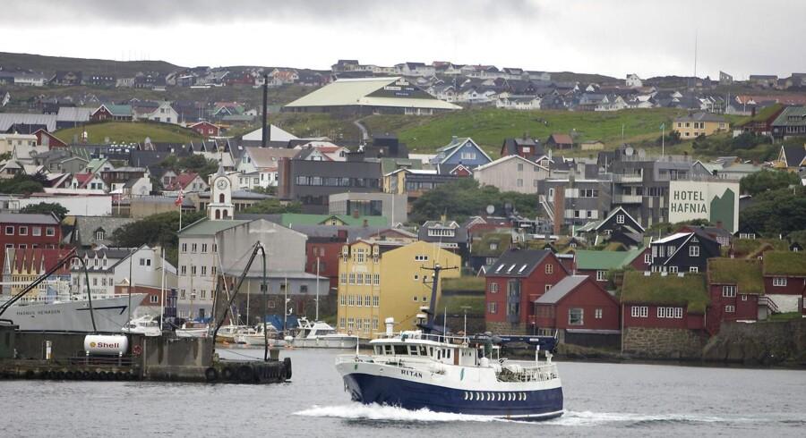 En trawler Ritan er på vej ud af havnen i Torshavn.
