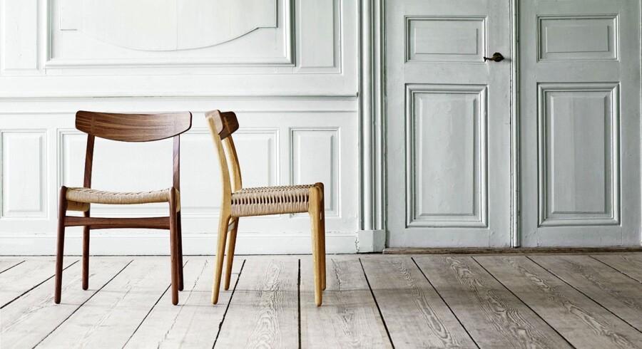 En af de mest elskede designere fra dansk designs storhedstid, Hans J. Wegner, designede i 1950 CH23. Den enkle og funktionelle spisebordsstol med fine håndværksmæssige finesser, der ikke har været i produktion de seneste fem årtier, var et af Wegners allerførste møbler eksklusivt for Carl Hansen & Søn. Nu genintroducerer Carl Hansen & Søn CH23, som var en af de fire første stole fra Wegners hånd. Glæd dig til velkendte Wegner-detaljer som faconen på de elegante dækpropper, det formspændte finérrygstykke, det specielle dobbeltflet på sædet og de bagerste bens krumme form, der sikrer stabilitet. Den eneste justering, der er foretaget, er, at stolen er blevet 2 cm højere, så den passer til nutidens mennesker - vi er jo blevet højere siden 1950. CH23 stol fra Carl Hansen & Søn, fra 5.395 kr.