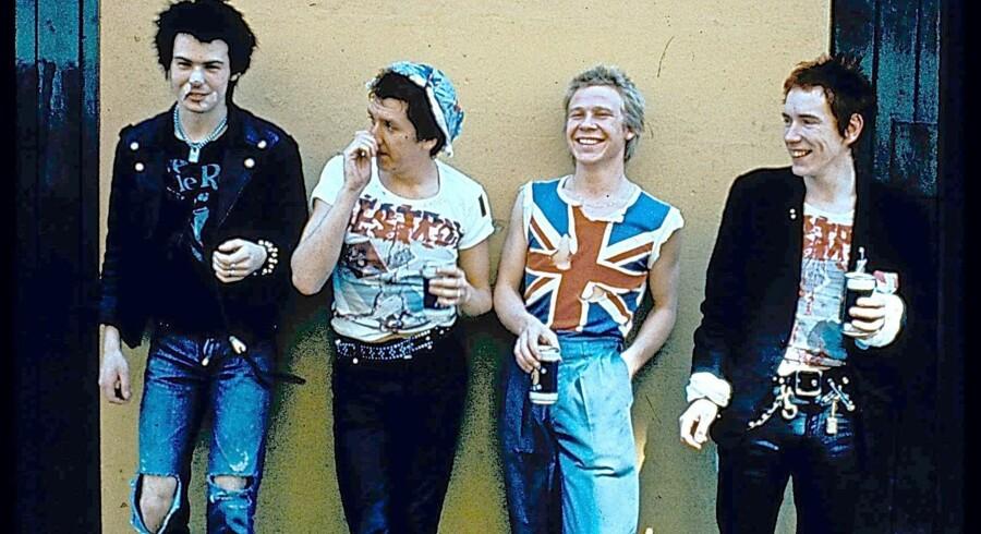 Et billede fra dengang Sex Pistols var en torn i øjet på »det pæne England«. Nu omfavnes rebellerne af det samme pæne England. Arkivfoto: Julien Temple/Reuters