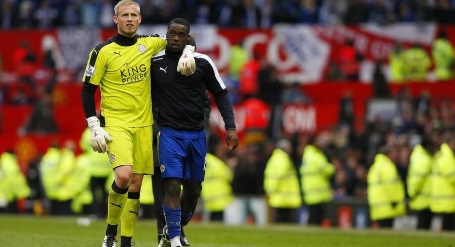Kasper Schmeichel sammen med Jefferey Schlupp efter kampen mod Manchester United.