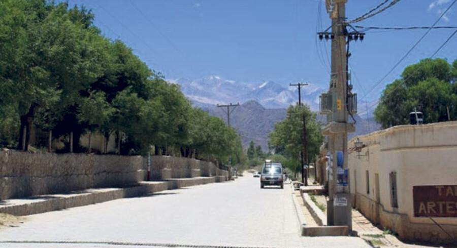 Cachi ligger i skyggen af Andesbjergene i Salta-provinsen. Gaderne er øde og verdens højest beliggende vinmarker ligger lige om hjørnet.
