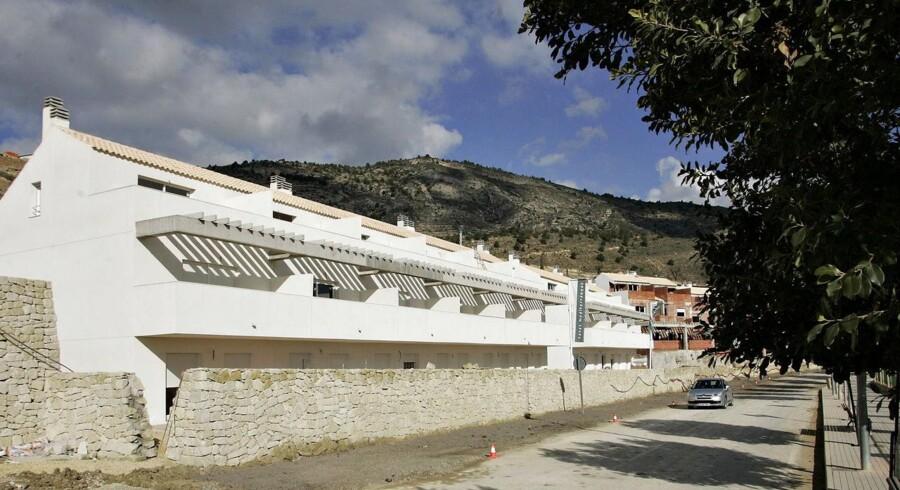 Udenfor den lille spanske by Relleu bag Costa Blanca kysten er opført 120 nye boliger/ferieboliger med bl.a. fælles swimmingpool. De fleste, som har købt bolig her er udlændinge, der er dog også spaniere imellem.