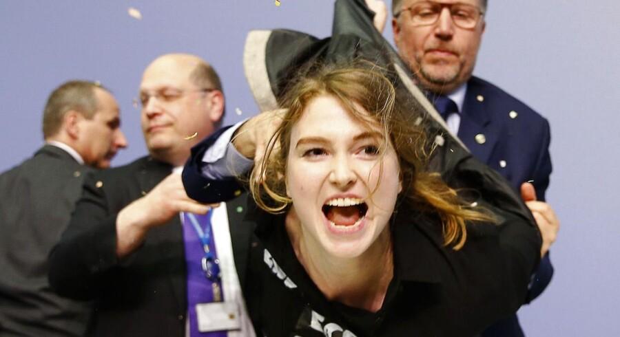 En kvindelig demonstrant overfaldt onsdag Den Europæiske Centralbanks præsident Marion Draghi på dagens pressemøde om renten. Hun blev dog hurtigt overmandet af sikerhedsfolk