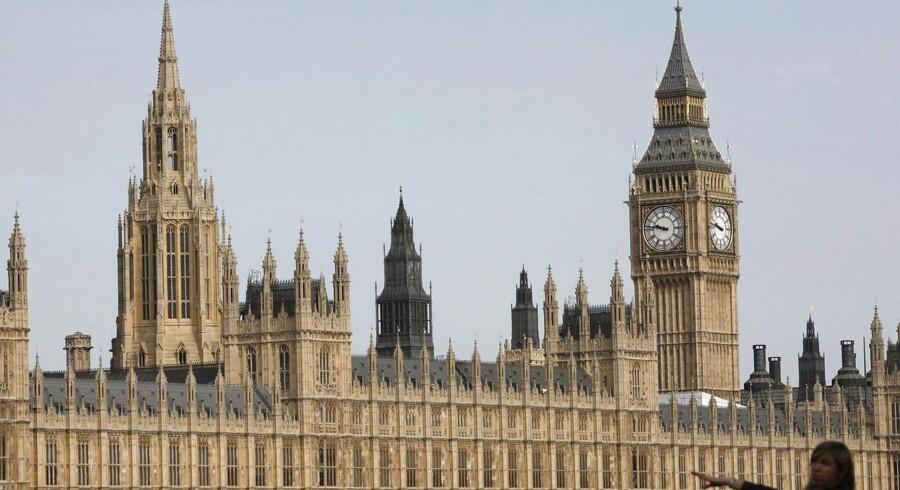 Britiske parlamentsmedlemmer må stille papirkurve frem for at opfange vandet, der drypper fra lofterne, elledningerne bliver bidt igennem af mus og rotter, og murværk og udsmykning smuldrer. Palace of Westminster, der huser det britiske Over- og Underhus, er i så alvorligt forfald, at en gennemgribende renovering til op mod 30 mia. kr. er nødvendig.
