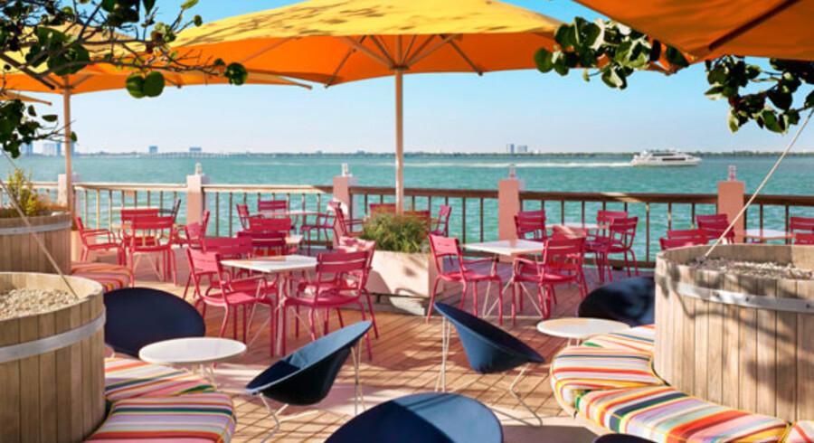 Her ses Bayside Grill på træterrassen, hvis hit blandt andet består tre mini-burgere med home fries.