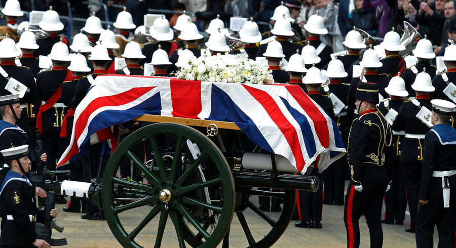 The funeral procession of former British prime minister, Margaret Thatcher, travels along Ludgate Hill to her funeral service at St Paul's Cathedral, in London April 17, 2013. The coffin was borne on a Gun Carriage drawn by the King's Troop Royal Horse Artillery. Thatcher, who was Conservative prime minister between 1979 and 1990, died on April 8 at the age of 87. REUTERS/Luke MacGregor (BRITAIN - Tags: POLITICS SOCIETY OBITUARY RELIGION)