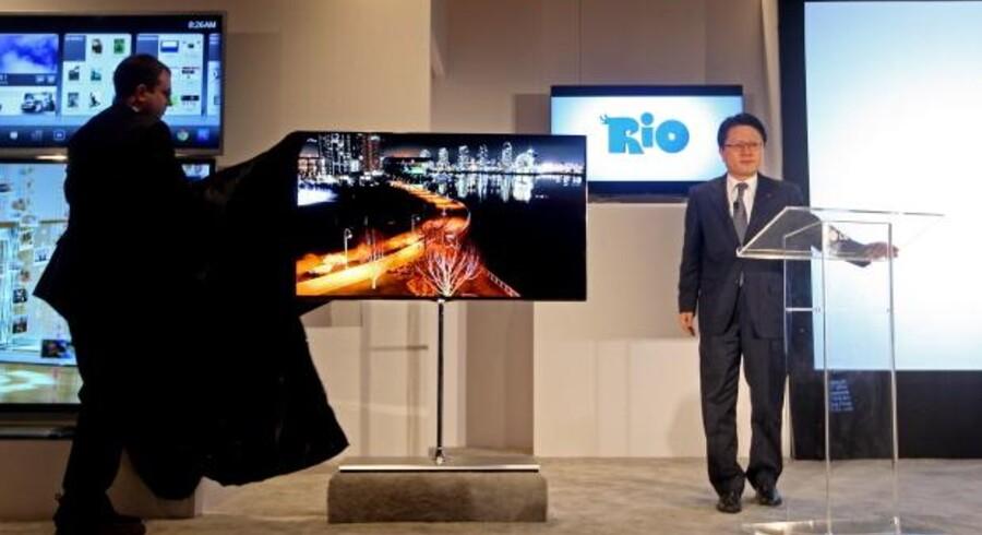 LGs 55 tommer store OLED-TV afsløres af den sydkoreanske elektronikgigants teknologidirektør, Scott Ahn (til højre)