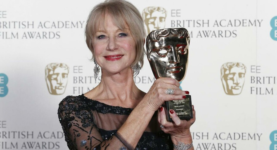 Helen Mirren fejrer, at hun har fået Fellowship-prisen ved  British Academy of Film and Arts (BAFTA) awards-ceremoni i Royal Opera House i London sent søndag aften.