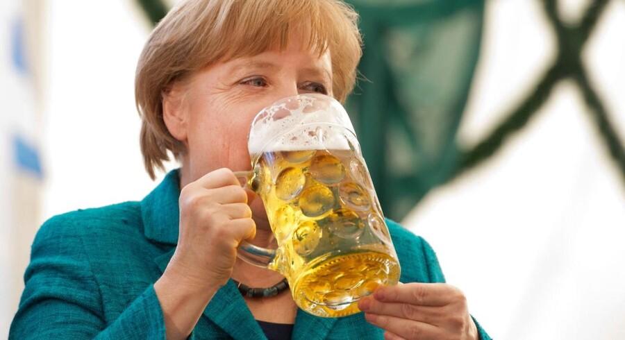 Den tyske kansler Angela Merkel får sig en lille fadbamse