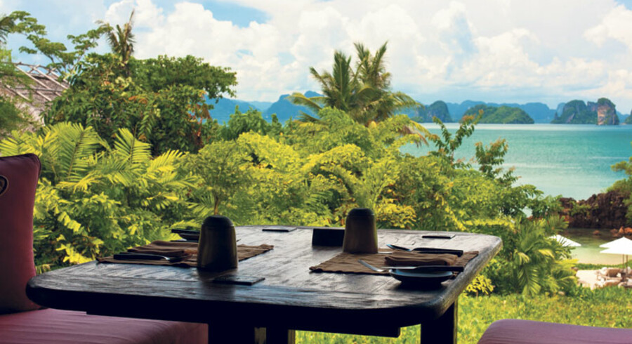 56 kvadratmeter træterrasse i flere niveauer, egen pool på 18 kvadratmeter, en udendørs overdækket opholdsstue med brede sofaer og store solskinsgule puder, solvogne og et lille bord og stole på ærespladsen, i hjørnet af terrassen, hvorfra man har den mest mageløse udsigt over Phang Nga bugten og kalkstensklipperne i havet derude er, hvad man får på Six Sences Yao Noi.