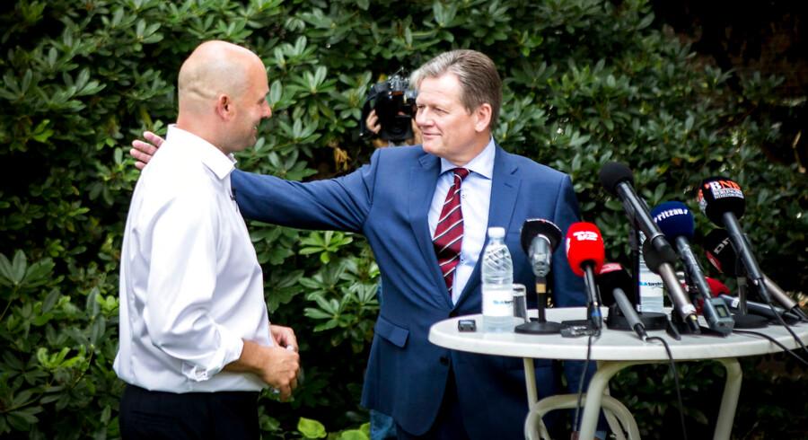 Den afgående konservative formand Lars Barfoed (th) giver formandsposten videre til Viborgborgmesteren Søren Pape Poulsen (tv).