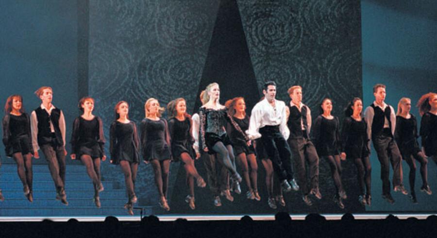 27. juni i Dublin Ranke rygge og rækker af ben, som bevæger sig som trommestikker i fuldstændig takt. Riverdance kommer hjem til Dublin på sin 10. sommersæson på Gaiety Theatre, hvor der er dansende forestillinger frem til 1. september.