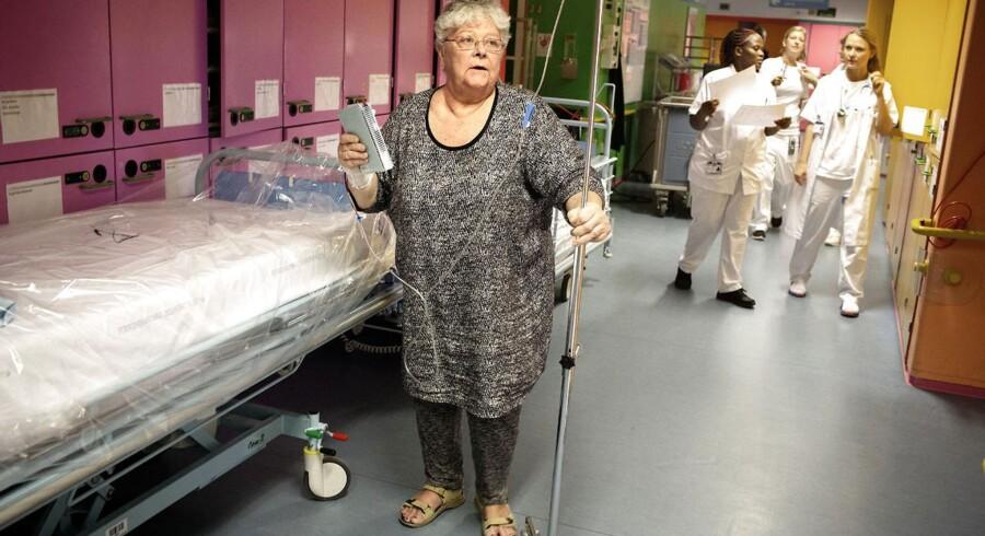 Birthe Krogh Rasmussen er indlagt på Herlev Hospitals medicinske afdeling og er tilfreds for den behandling, hun har fået. Men hun kan godt mærke, når der er overbelægning, og sygeplejerskerne, sosu-assistenterne og lægerne har særligt travlt.