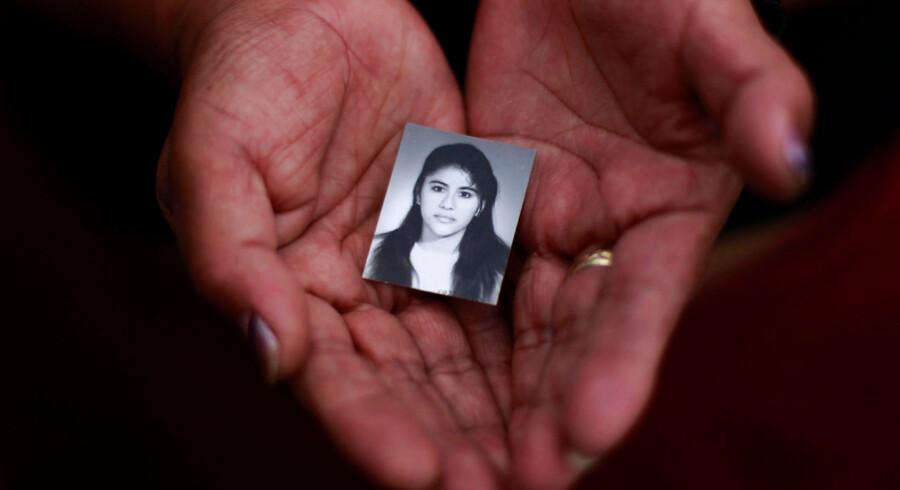 Et familiemedlem holder et foto af Rosivel Elisabeth Grande, der blev dræbt af en ukendt gerningsmand, da hun var på vej på arbejde i San Salvador. FN har udnævnt den 25. november til at være International Dag for Afskaffelse af Vold mod Kvinder.