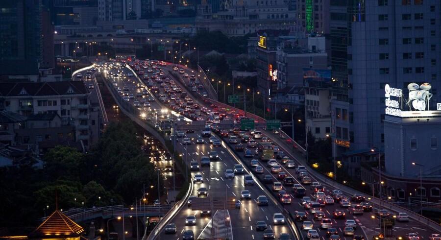 For at finansiere infrastruktur som eksempelvis veje kan mange regionale kinesiske myndigheder have gældsat sig dybt. Her et billede fra trafikken i det centrale Shanghai.