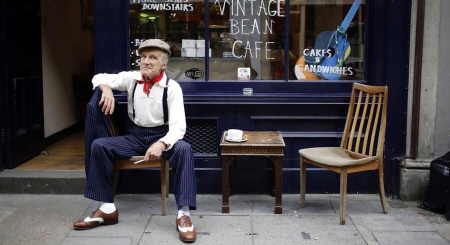 Mick får en kop te i London, Brick Lane - et kvarter, der er kendt for sine vintagebutikker. Mick supplerer sin pension ved at tage pænt tøj på og tage penge for at blive fotograferet. Foto: Kevin Cooms/Reuters