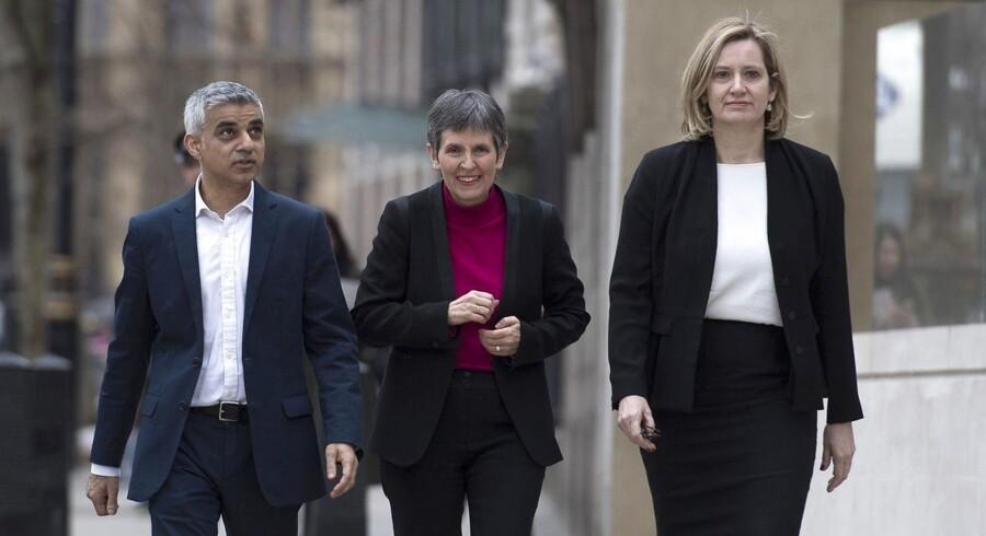 Cressida Dick (i midten) med London-borgmester Sadie Khan (til venstre) og indenrigsminister Amber Rudd (til højre) i forbindelse med et pressemøde ved udnævnelsen af Ms. Dick.