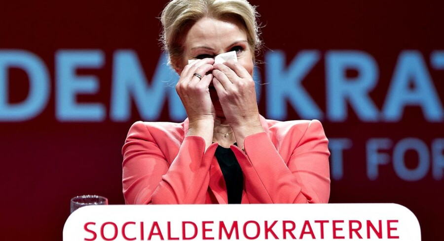 Statsminister Helle Thorning-Schmidt kneb en tåre på talerstolen, da hun før beretningens start blev hyldet af S-forsamlingen.