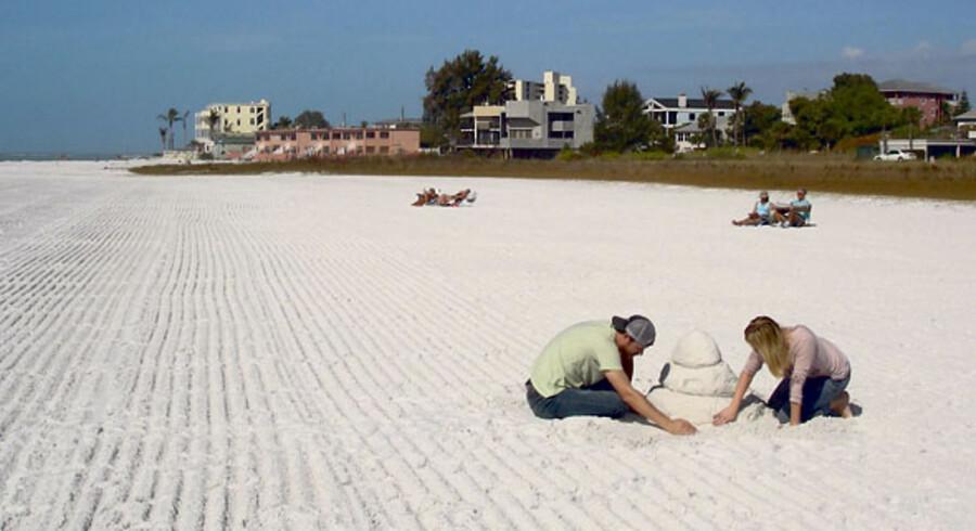 Det fine kvarts-sand på Siesta Key lokker turister til hele året, som bare vil sole sig og bade, men i maj afholdes der en populær sandbygnings-konkurrence – og nogle begynder med at øve sig i god tid.