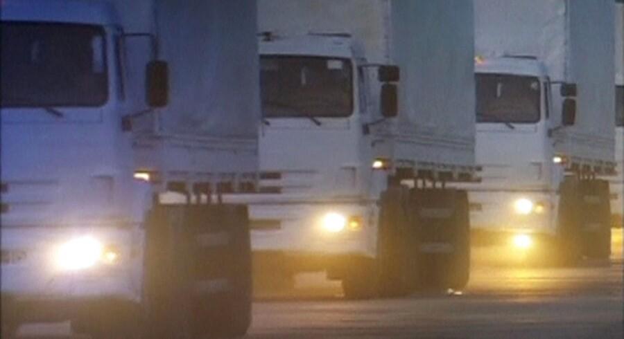 Russisk tv har vist billeder af en konvoj med en lang række hvide lastbiler - angiveligt læsset med nødhjælp.