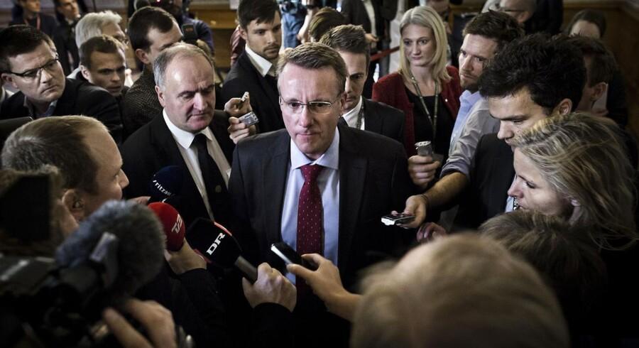 Tilliden til politikerne rammer et historisk lavt niveau i ny måling ifølge Altinget.dk. Her er forlader Morten Bødskov et åbne samråd om PET-sagen, som fældede ham som justitsminister.