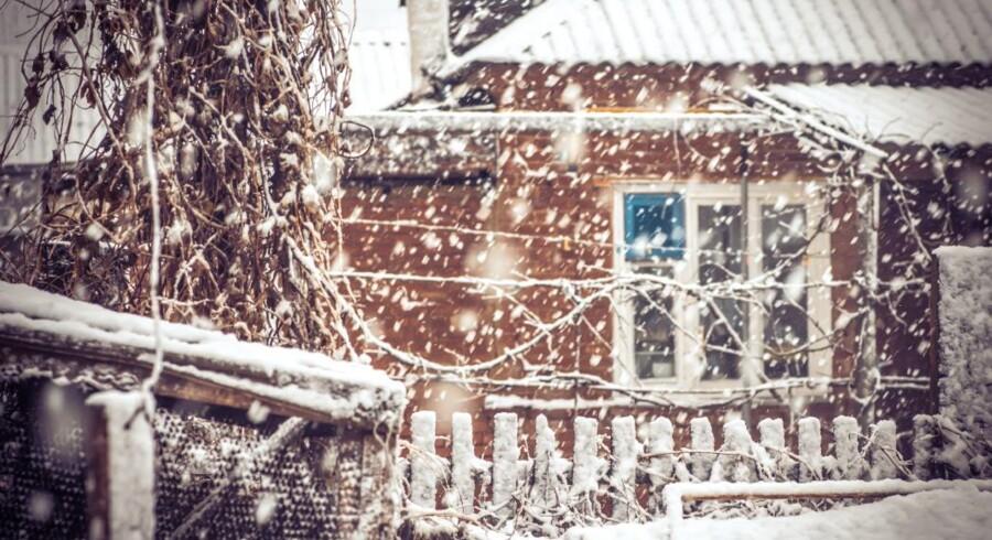 Man skal selvfølgelig ikke fryse indenfor, når vinteren raser udenfor, men hvis man kan sænke temperaturen med bare én grad i hjemmet, er der faktisk en større besparelse på varmeregningen at hente.