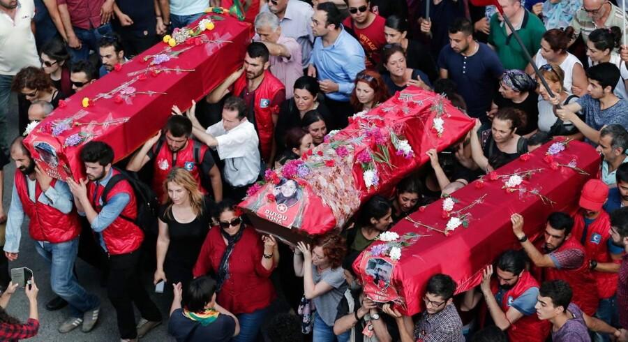 Tre af ofrene for terrorangrebet i Suruc blev begravet i Istanbul: Duygu Tuna, Cemil Yildiz og Ismet Seker.
