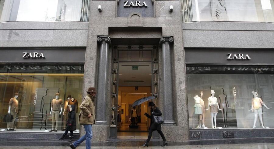 Selvom det regner på billedet her, skinner solen på modekoncernen Inditex bag mærket, da det spanske foretagende ekspanderede med hundredvis af butikker og salget steg med 10 procent sidste år.