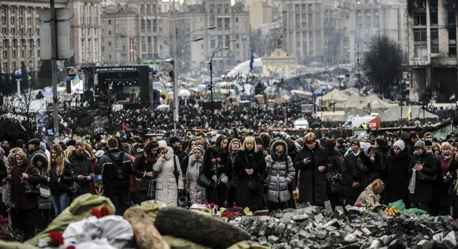 Folket sørger og mindes de døde ved Uafhængighedspladsen i Kiev 25. februar.