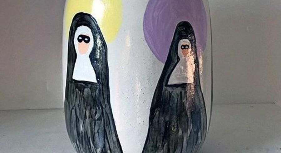 Vaser i skæve former og med iøjnefaldende udsmykning giver din indretning et humoristisk og personligt udtryk. Her er CAN Familys vase med nonner et godt bud. Den er 25 cm høj og koster 950 kr. Fotos: PR