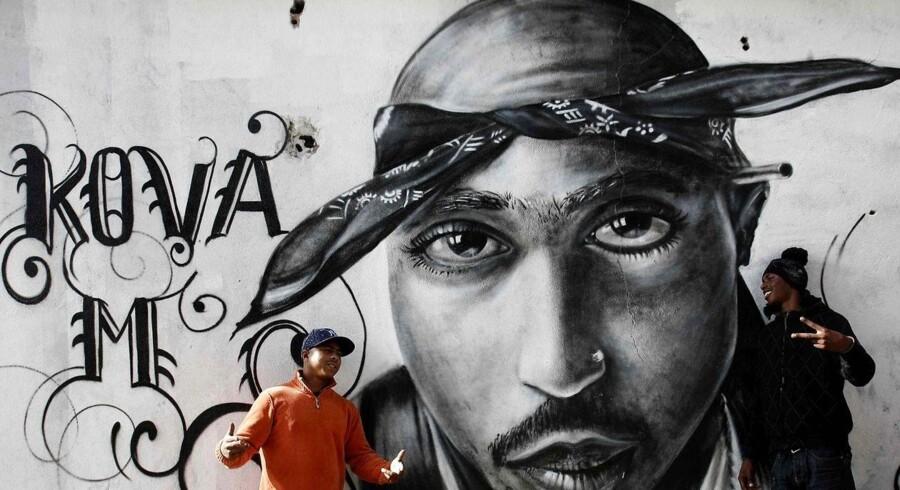 Tupac Shakur, der er svær at finde i levende live i dag, genopstår nu - måske - på turné med sine gamle venner.