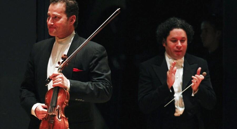 Nikolaj Znaider (tv.) sammen med den venezuelske dirigent Gustavo Dudamel efter en koncert i Caracas, Venezuela i juli 2012. Foto: Carlos Garcia Rawlins/Reuters