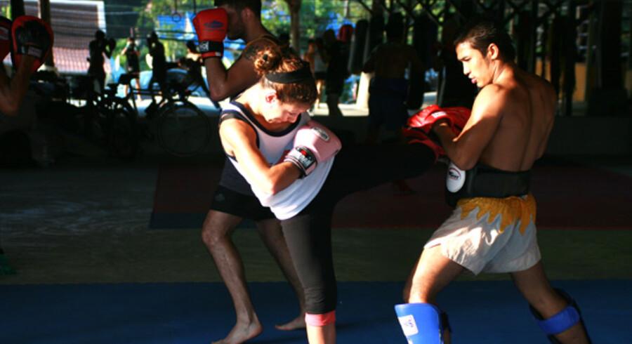 Muay Thai, eller thaiboksning som det kaldes herhjemme, er en af verdens hårdeste kampsportsgrene, men det er ikke kun forbeholdt unge, atletiske thailandske mænd og kvinder at træne – du kan også.