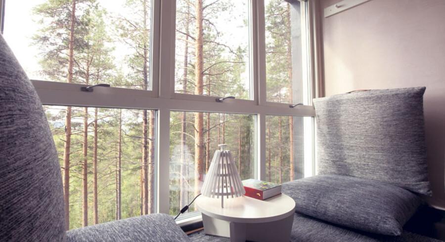 The Mirrorcubes spejlvægge reflekterer skoven omkring sig, så den bliver fuldstændig camoufleret blandt de høje fyrretræer.  Hytten har en skjult tagterrasse, hvorfra man kan sidde og nyde naturen, nordlydshimlen eller dyrelivet omkring. Indvendig er der 16 kvadratmeter og sengeplads til to personer Den hemmelige hytte er tegnet af Bolle Tham og Martin Videgård