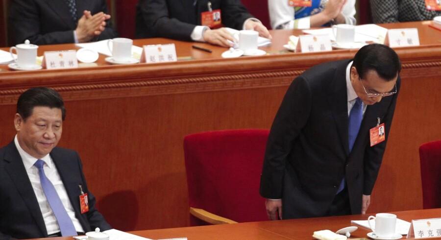 Kinas premierminister Li Keqiang bukker for Folkekongressen ved siden af præsident Xi Jinping ved åbningsceremonien. Folkekongressen finder sted frem til 13. marts.