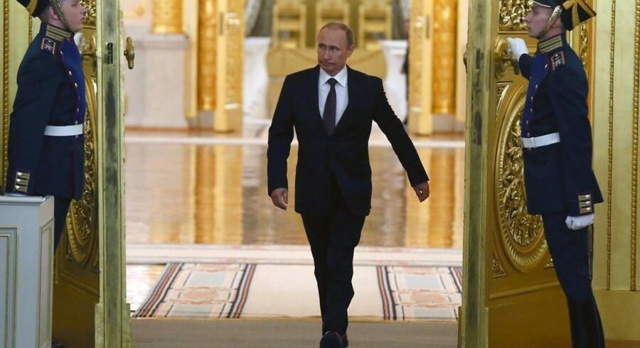 Vladimir Putin på vej ind til sin tale tirsdag for det russiske parlament i Kreml.