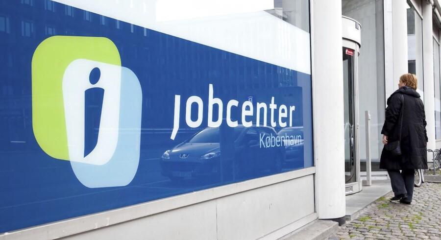 beskæftigelsen traditionelt falder meget i Danmark, når kriser rammer. Den danske arbejdsmarkedsmodel gør det nemmere at afskedige, mens medarbejdere i andre lande ofte går ned i timetal.