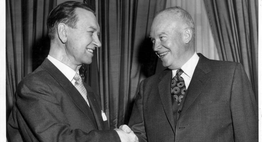 »Set i bakspejlet respekterer jeg H. C. Hansen for, at han påtog sig det tunge ansvar at skrive det brev, der stiltiende accepterede amerikanske atomvåben på Thule-basen. Jeg har vanskeligt ved at se, hvordan han kunne gøre andet – alt taget i betragtning,« skriver Uffe Ellemann-Jensen. På billedet hilser H. C. Hansen på den daværende amerikanske præsident, Dwight D. Eisenhower. Arikivfoto: Scanpix