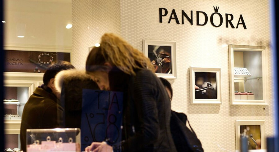Pandora er klar med en større onlinesatsning i USA. Det er især de mandlige kunder, der foretrækker at kaste sig ud i smykkekøb hjemme fra sofaen.