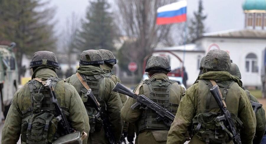 Russiske soldater patruljerer i et område omkring en ukrainsk militærbase.