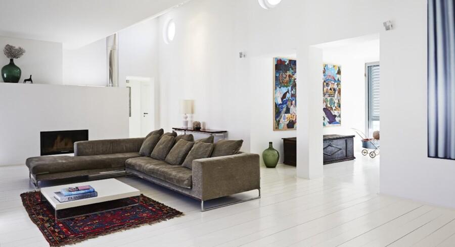Stuen er meget atypisk med sit arkitektoniske loft, som giver en helt speciel stemning og belysning i rummet. Den italienske Dadonesofa i stuen er fra B&B Italia, designet af Antonio Citterio. Der er god plads til ren afslapning ved bio-pejsen i den store italienske flyder.