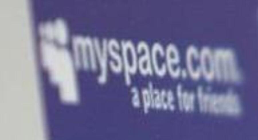 MySpace skærer næsten halvdelen af medarbejderstaben fra.