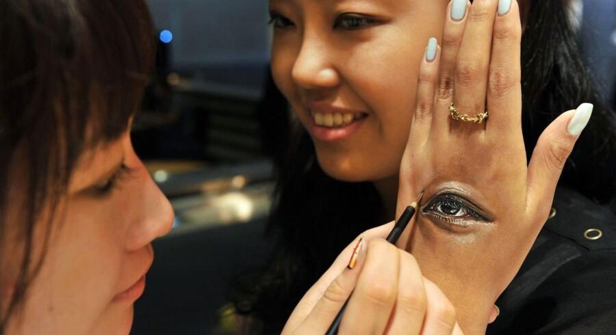 Den japanske body-painter Hikaru Cho maler livlig kunst til eventen »Future en-nichi« i Tokyo.